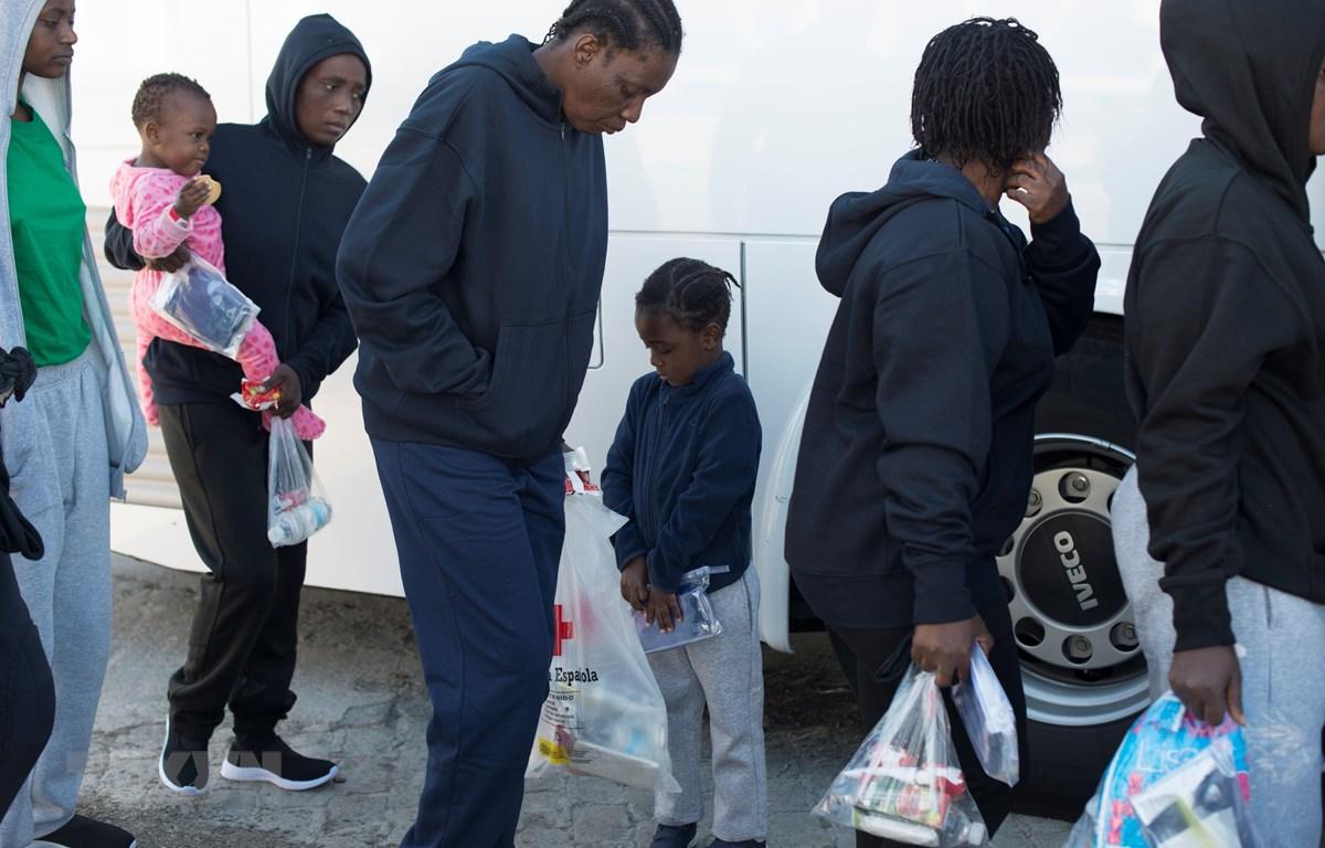 Người di cư được đưa tới cảng Malaga sau khi được Lực lượng cứu nạn hàng hải Tây Ban Nha giải cứu ngày 9/1/2019. (Ảnh: AFP/TTXVN)