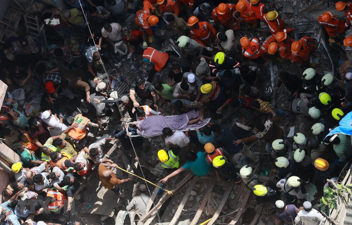 Nhân viên cứu hộ chuyển thi thể nạn nhân trong tòa nhà bị sập ở Mumbai, Ấn Độ ngày 16/7/2019. (Ảnh: THX/TTXVN)