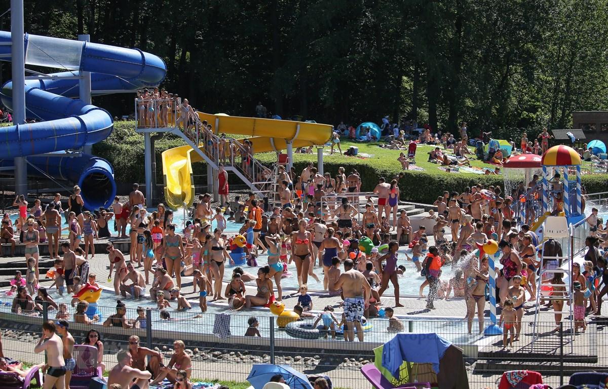 Người dân tránh nắng nóng tại bể bơi ở Huizingen, Bỉ. (Ảnh: AFP/TTXVN)