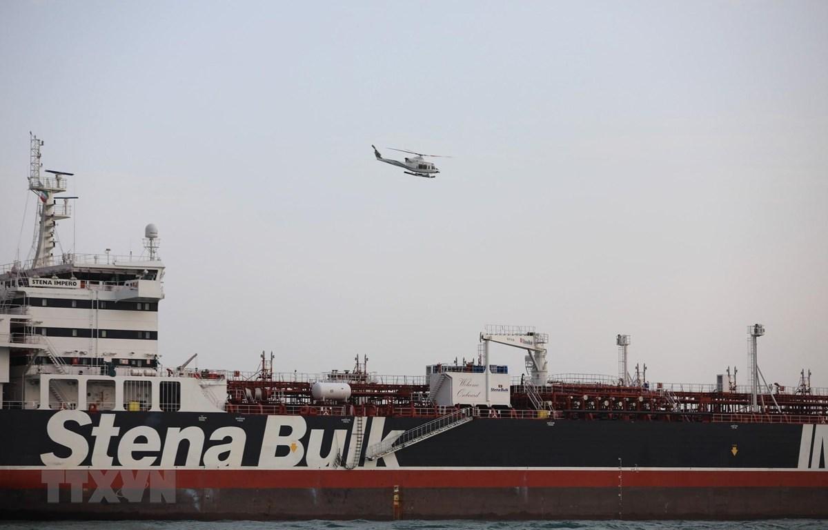 """Tàu chở dầu mang cờ Anh """"Stena Impero"""" ở gần Eo biển Hormuz ngày 21/7/2019. (Ảnh: THX/ TTXVN)"""