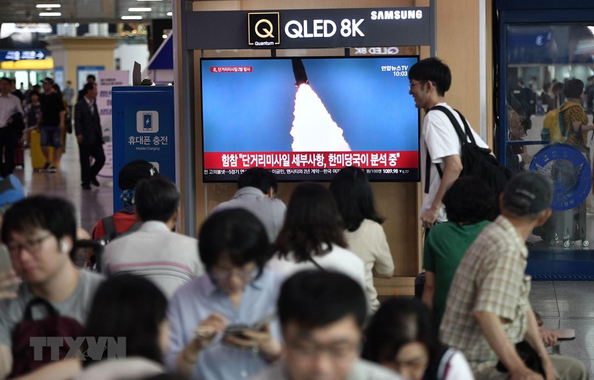 Người dân theo dõi qua màn hình vô tuyến tại nhà ga đường sắt ở Seoul, Hàn Quốc hình ảnh tên lửa Triều Tiên được phóng thử nghiệm ngày 25/7/2019. (Ảnh: AFP/TTXVN)
