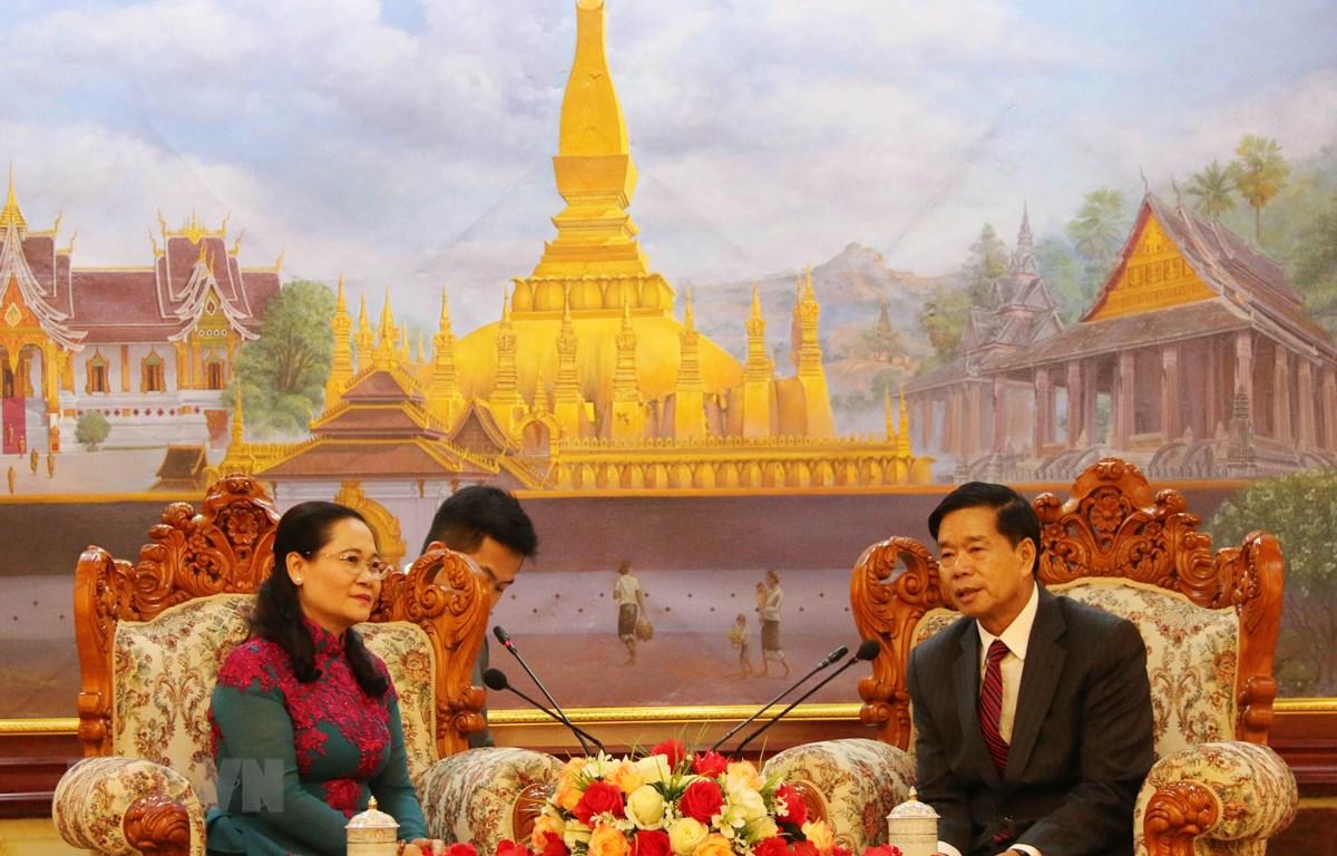 Đô trưởng thủ đô Vientiane Sinlavong Khutphaythoun (phải) tiếp Chủ tịch Hội đồng nhân dân thành phố Hồ Chí Minh Nguyễn Thị Lệ và đoàn. (Ảnh: Xuân Tú/TTXVN)