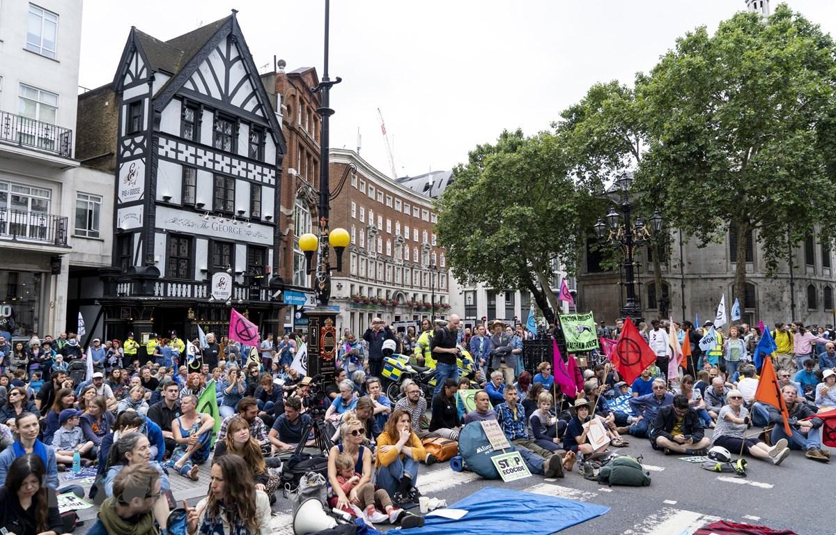 Biểu tình chống biến đổi khí hậu do phong trào Extinction Rebellion phát động tại London, Anh, ngày 15/7. (Ảnh: AFP/TTXVN)