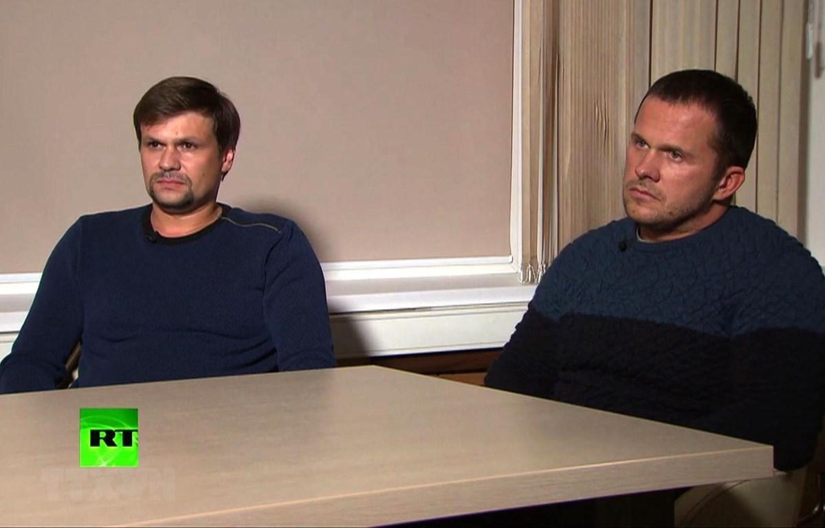 Hai công dân Nga Alexander Petrov (phải) và Ruslan Bosirov trả lời phỏng vấn kênh truyền hình RT của Nga, liên quan đến vụ sát hại cựu điệp viên hai mang Sergey Skripal và con gái. (Ảnh: AFP/TTXVN)