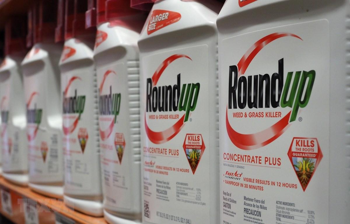 Thuốc diệt cỏ Roundup của Monsanto được bày bán tại cửa hàng ở Glendale, California, Mỹ, ngày 19/6/2018. (Ảnh: AFP/ TTXVN)