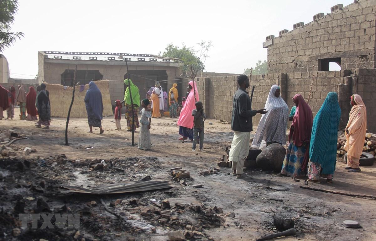 Hiện trường một vụ tấn công tại làng Sajeri, ngoại ô Maiduguri, bang Borno, Nigeria, ngày 8/1/2019. (Ảnh: AFP/TTXVN)
