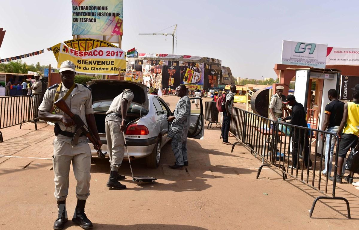 Cảnh sát kiểm tra an ninh tại Ouagadougou, Burkina Faso. (Ảnh: AFP/TTXVN)