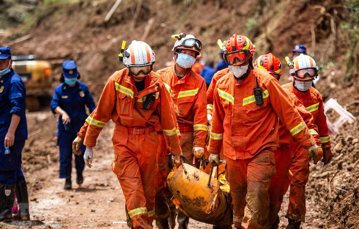 Lực lượng cứu hộ chuyển thi thể nạn nhân tại hiện trường vụ lở đất ở Lục Bàn Thủy, tỉnh Quý Châu, Trung Quốc, ngày 26/7/2019. (Ảnh: THX/TTXVN)
