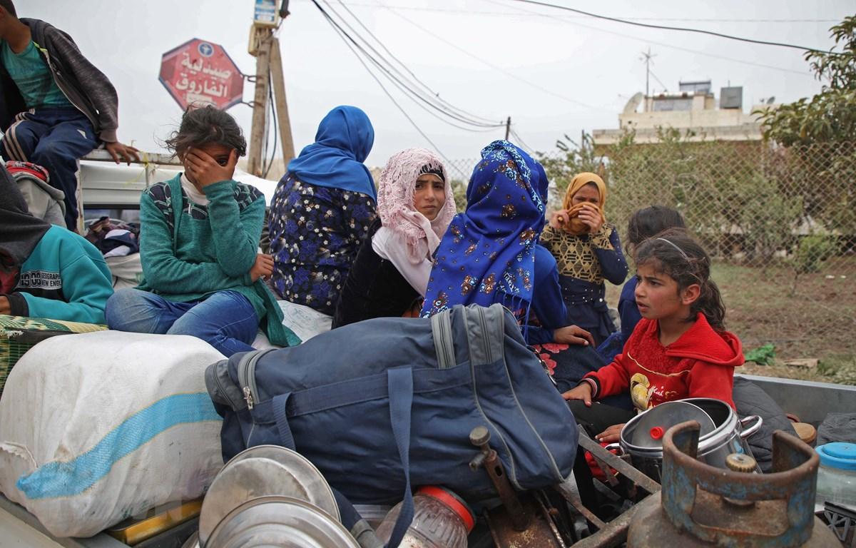 Người dân sơ tán khỏi khu vực chiến sự ở các tỉnh Hama và Idlib, Syria ngày 1/5/2019. (Ảnh: AFP/TTXVN)