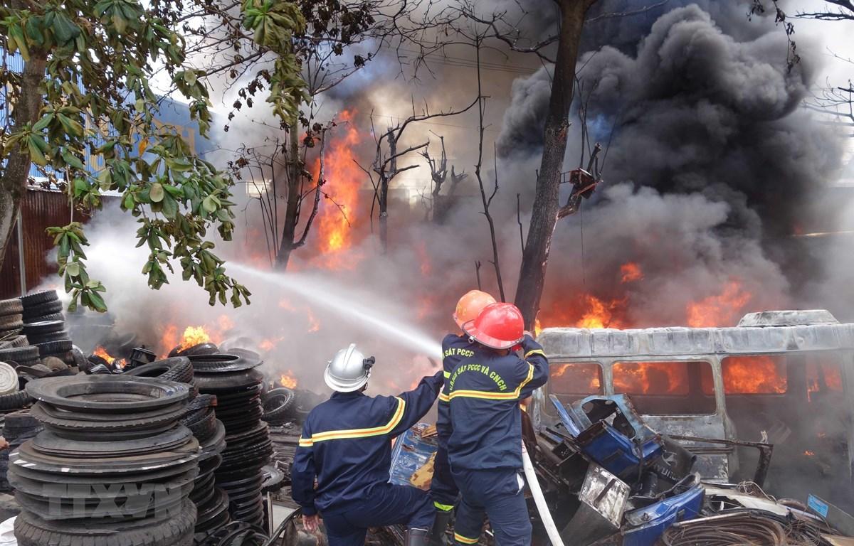 Lực lượng chức năng nỗ lực dập tắt đám cháy. (Ảnh: Công Mạo/TTXVN)