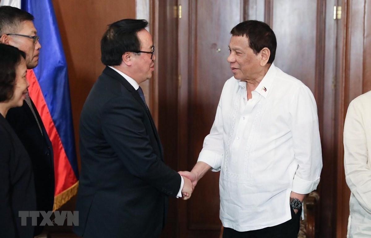 Trưởng Ban Đối ngoại Trung ương Hoàng Bình Quân cùng các thành viên trong đoàn công tác đến chào xã giao Tổng thống Philippines Rodrigo Roa Duterte. (Ảnh: Thế Vũ/TTXVN)