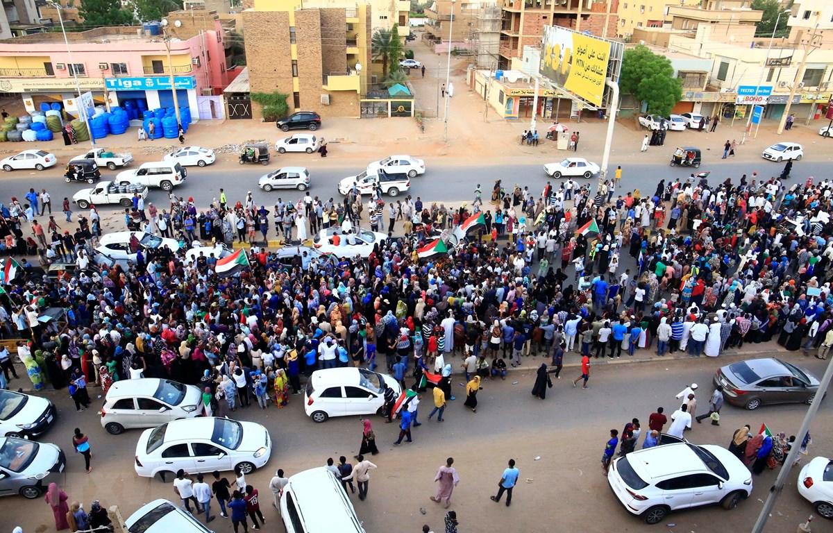 Người biểu tình tập trung tại Khartoum, Sudan, ngày 13/7/2019. (Ảnh: THX/TTXVN)