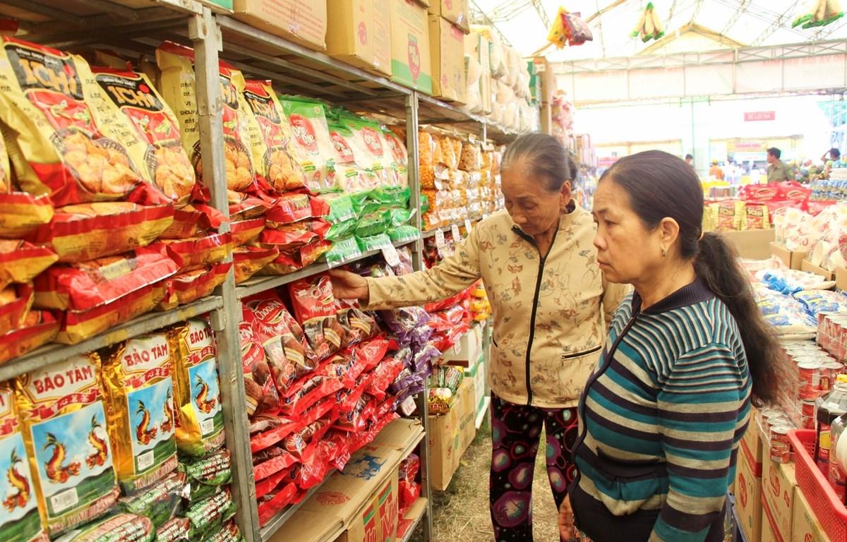 Các gian hàng Việt Nam chất lượng cao tại phiên chợ thu hút đông đảo người tiêu dùng quan tâm, mua sắm. (Ảnh: Thanh Sang/TTXVN)