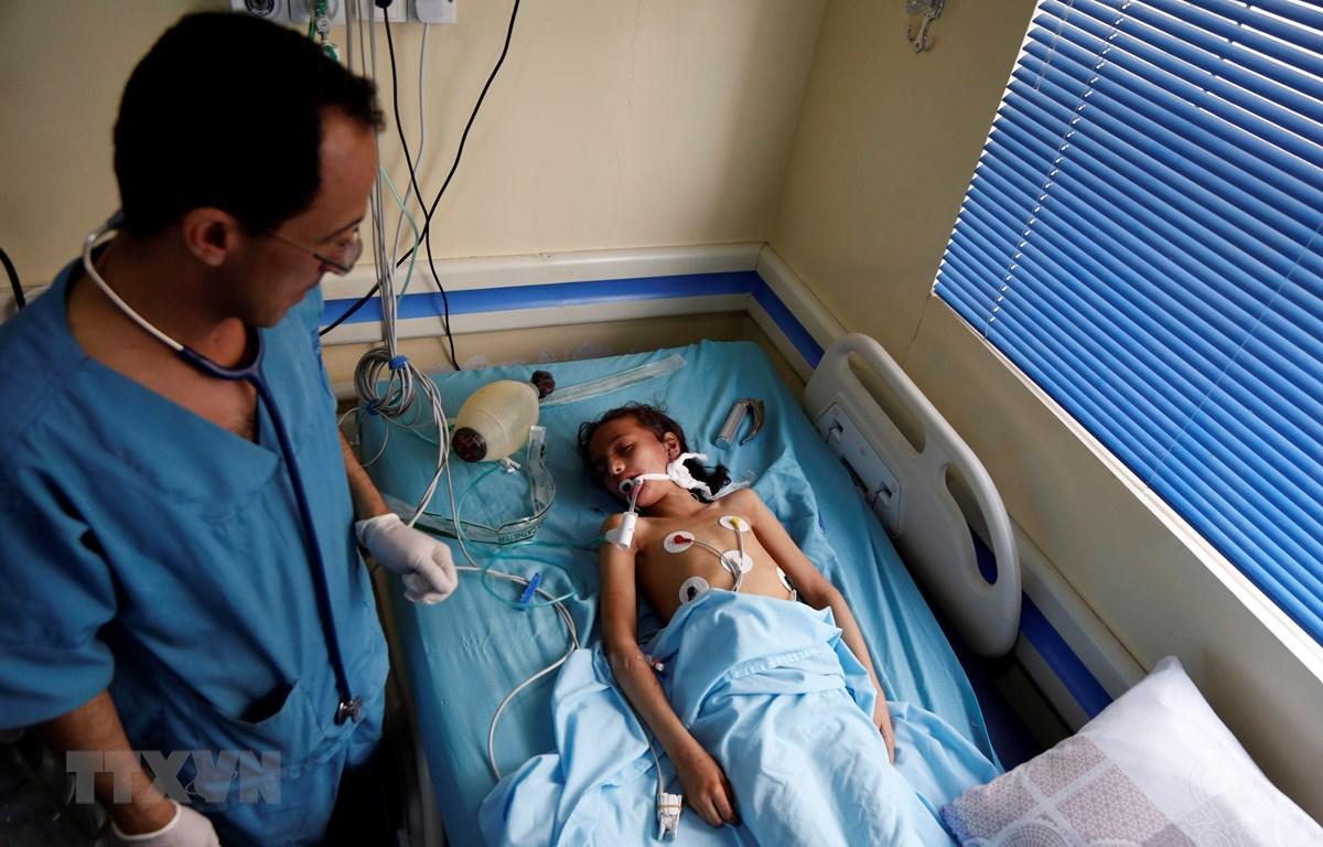 Điều trị cho một học sinh bị thương trong vụ nổ được cho là không kích ở thủ đô Sanaa, Yemen ngày 7/4/2019. (Ảnh: THX/TTXVN)