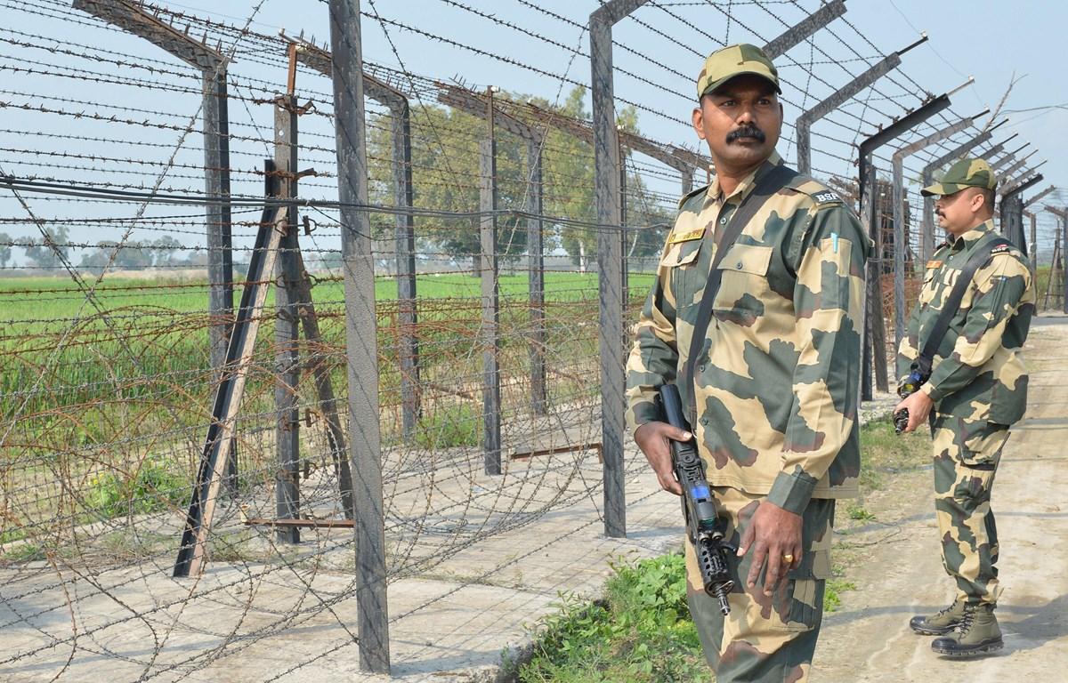 Lực lượng an ninh biên giới Ấn Độ tuần tra tại khu vực ngoại ô Amritsar, biên giới Ấn Độ-Pakistan. (Ảnh: AFP/TTXVN)