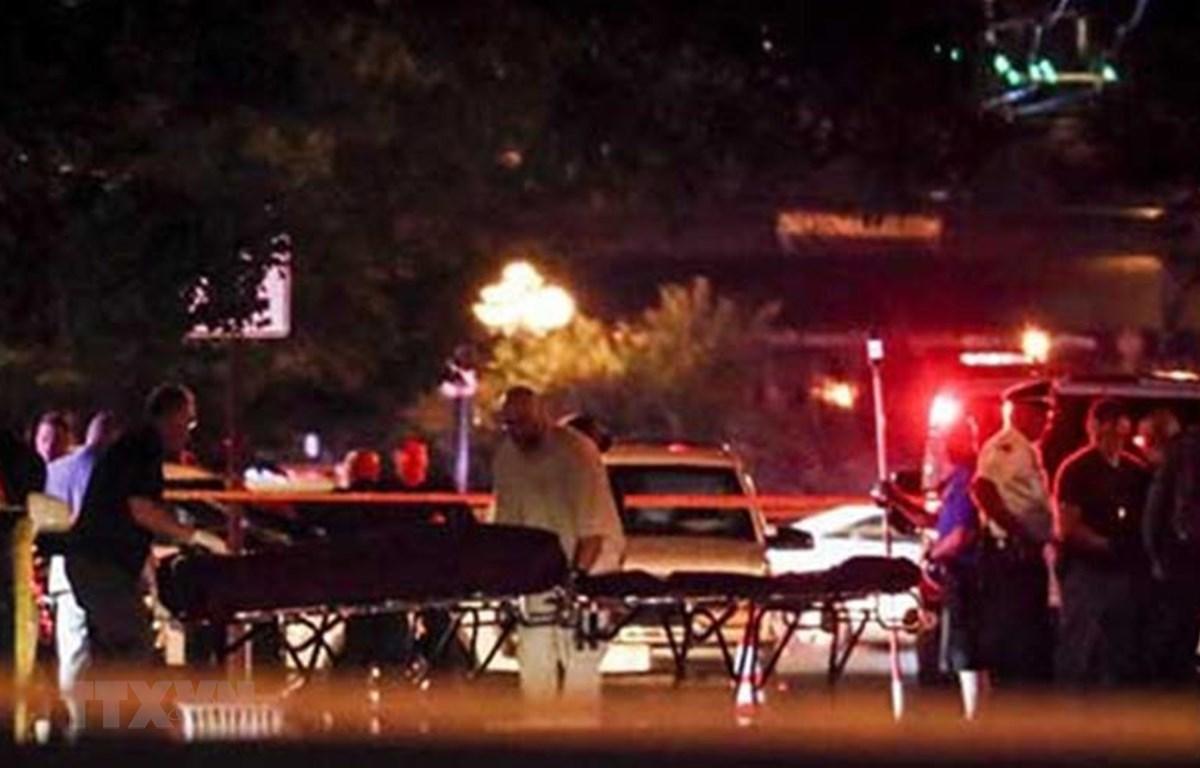 Chuyển thi thể nạn nhân tại hiện trường vụ xả súng ở Dayton, bang Ohio, Mỹ ngày 4/8/2019. (Ảnh: AP/TTXVN)