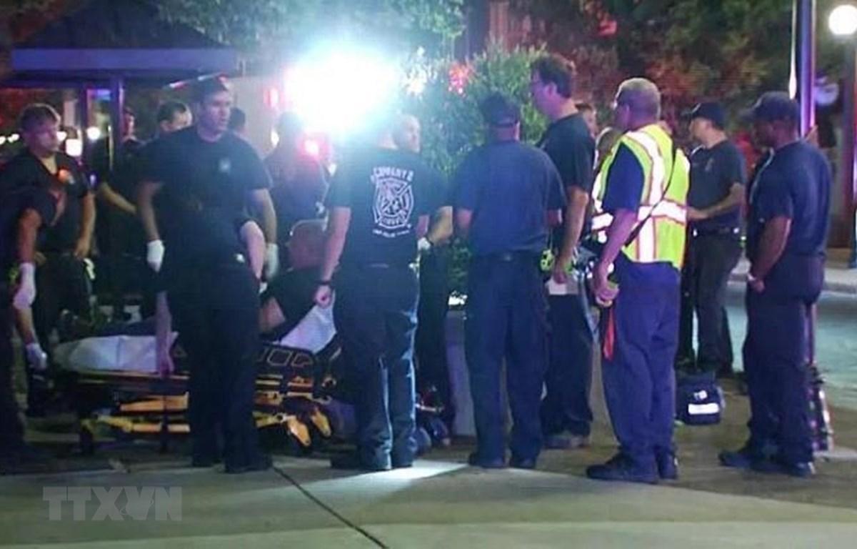 Nhân viên cứu hộ chuyển người bị thương trong vụ xả súng ở Dayton, Ohio, Mỹ, ngày 4/8. (Ảnh: CNN/TTXVN)