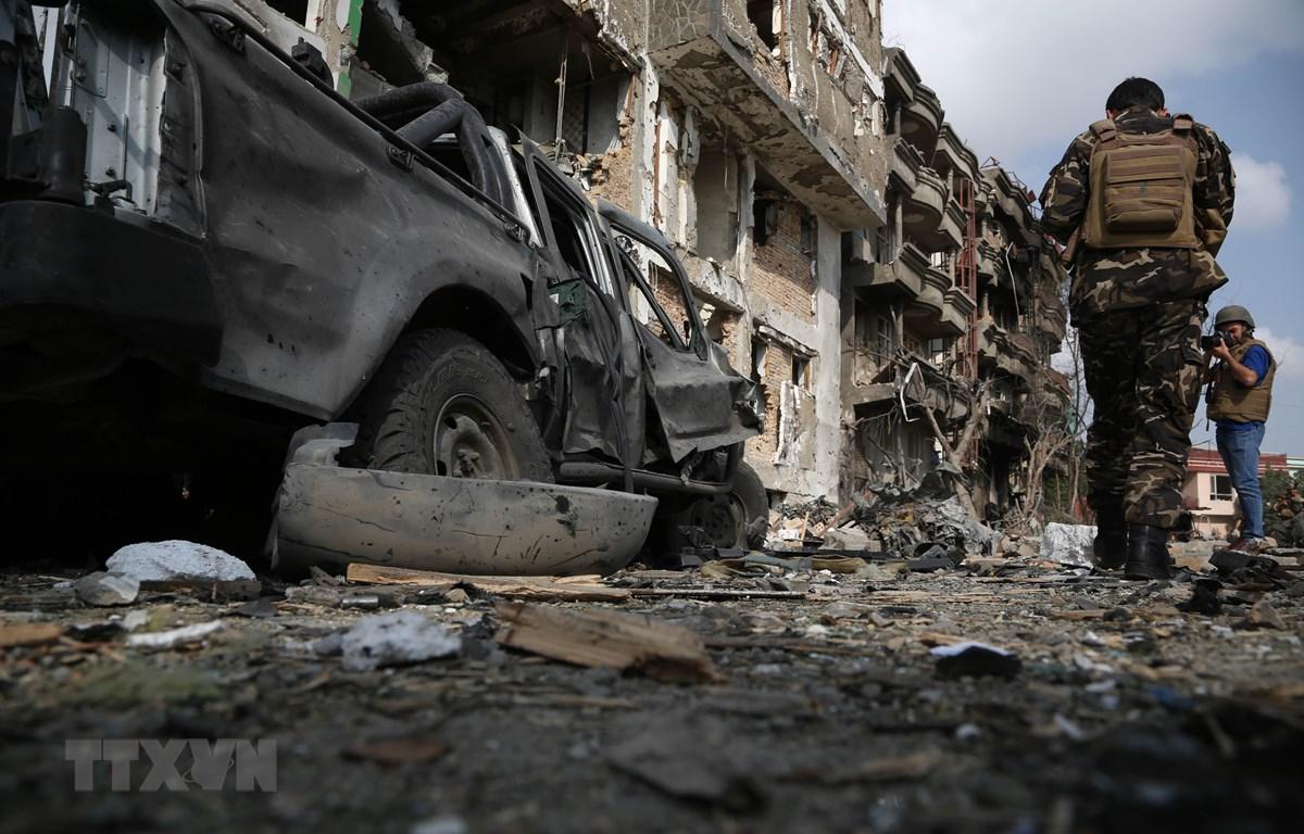 Cảnh sát điều tra tại hiện trường một vụ đánh bom ở Kabul, Afghanistan, ngày 29/7. (Ảnh: THX/TTXVN)