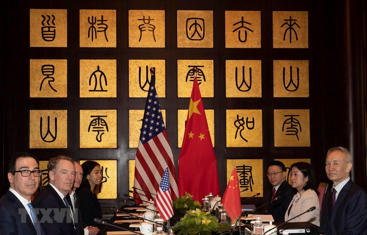 Đại diện Thương mại Mỹ Robert Lighthizer (thứ 2, trái), Bộ trưởng Tài chính Mỹ Steven Mnuchin (trái) và Phó Thủ tướng Trung Quốc Lưu Hạc (phải) tại vòng đàm phán thương mại ở Thượng Hải, Trung Quốc, ngày 31/7/2019. (Ảnh: AFP/ TTXVN)