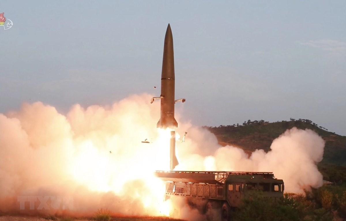 (Ảnh do Đài truyền hình Trung ương Triều Tiên phát ngày 26/7/2019): Tên lửa tầm ngắn được phóng thử trên Bán đảo Hodo, gần thị trấn ven biển phía Đông Wonsan của Triều Tiên ngày 25/7/2019. (Ảnh: YONHAP/TTXVN)
