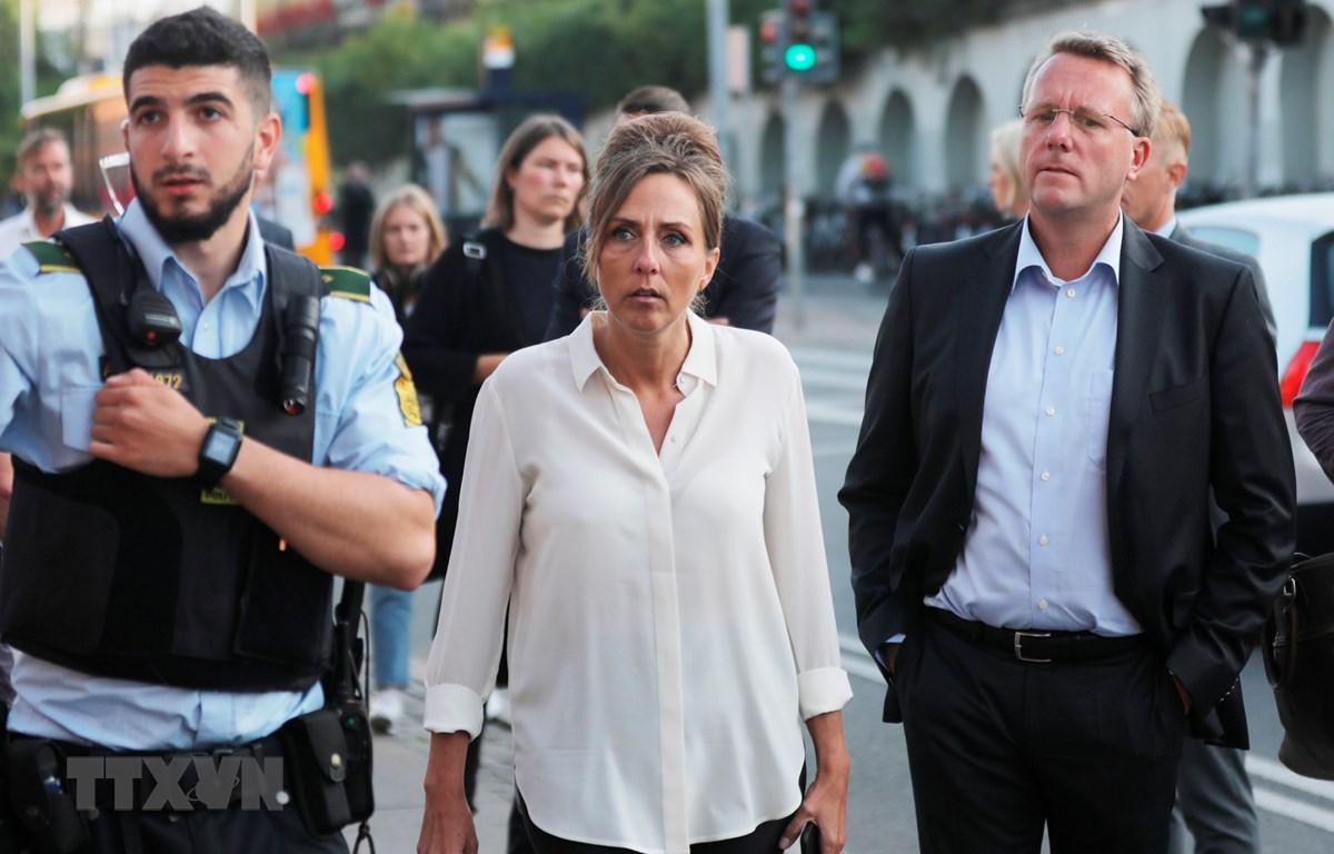 Giám đốc cơ quan thuế Đan Mạch Merete Agergaard (giữa) và Bộ trưởng Bộ thuế Morten Boedskov (phải) tới hiện trường vụ nổ ở Cơ quan thuế Đan Mạch, Copenhagen, ngày 7/8/2019. (Ảnh: AFP/TTXVN)