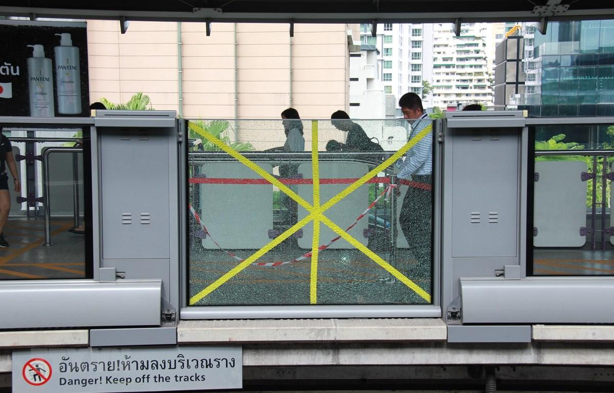 Cảnh sát Thái Lan điều tra tại hiện trường một vụ nổ gần nhà ga BTS Chong Nonsi ở Bangkok ngày 2/8. (Ảnh: THX/TTXVN)