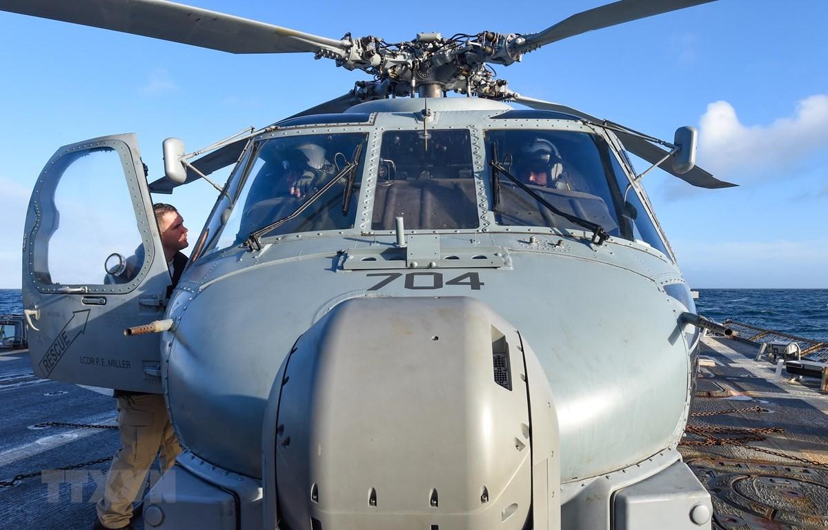 Trực thăng MH-60R của Mỹ trêu tàu khu trục USS Gravely ở Biển Bắc ngày 19/2/2019. (Ảnh: AFP/TTXVN)