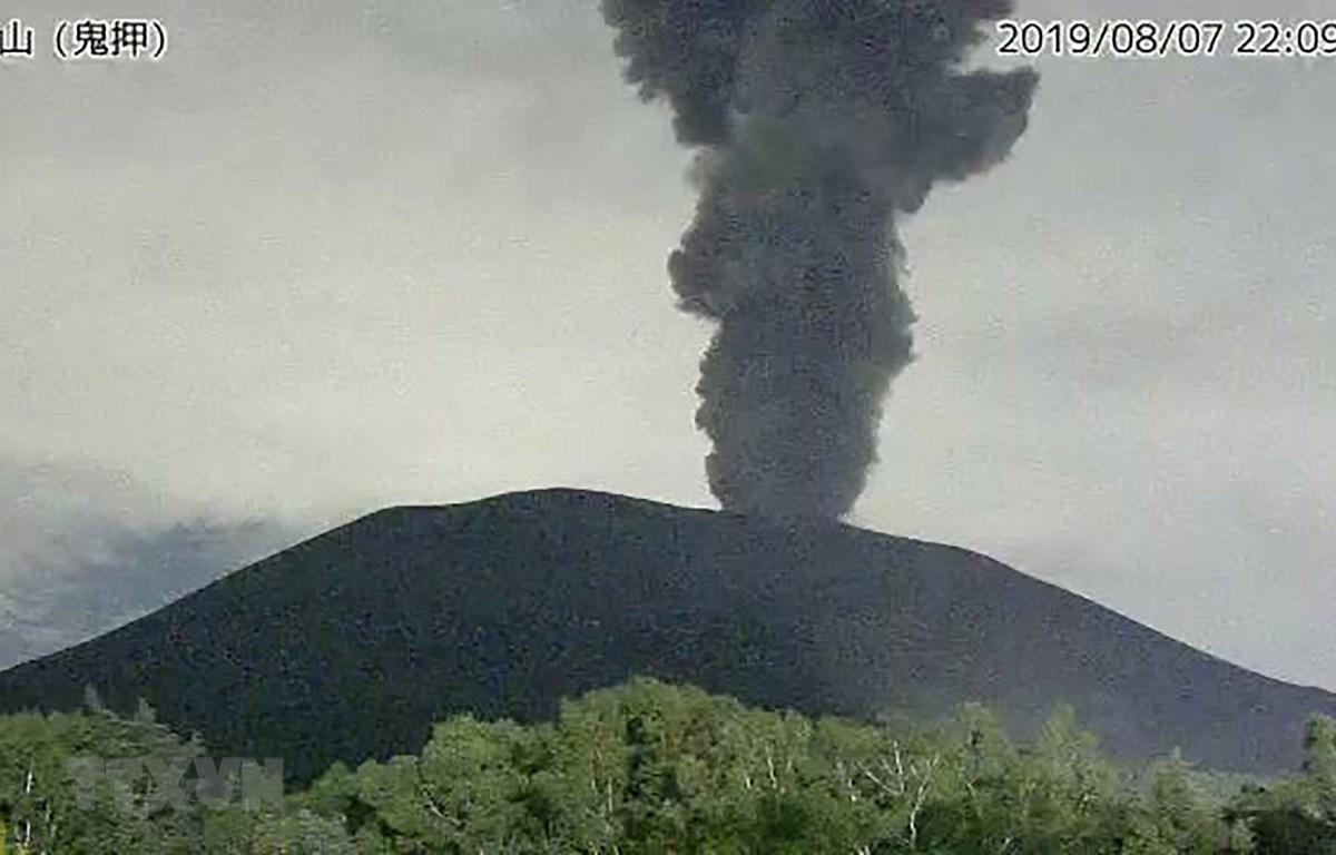 Núi lửa Asama tại miền Trung Nhật Bản phun trào ngày 7/8/2019. (Ảnh: AFP/TTXVN)