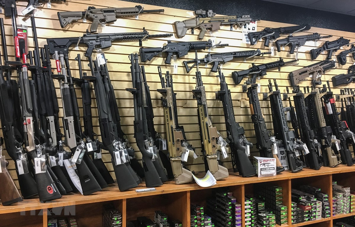 Súng trường bán tự động được bày bán tại một cửa hàng ở Las Vegas, bang Nevada, Mỹ. (Ảnh: AFP/TTXVN)