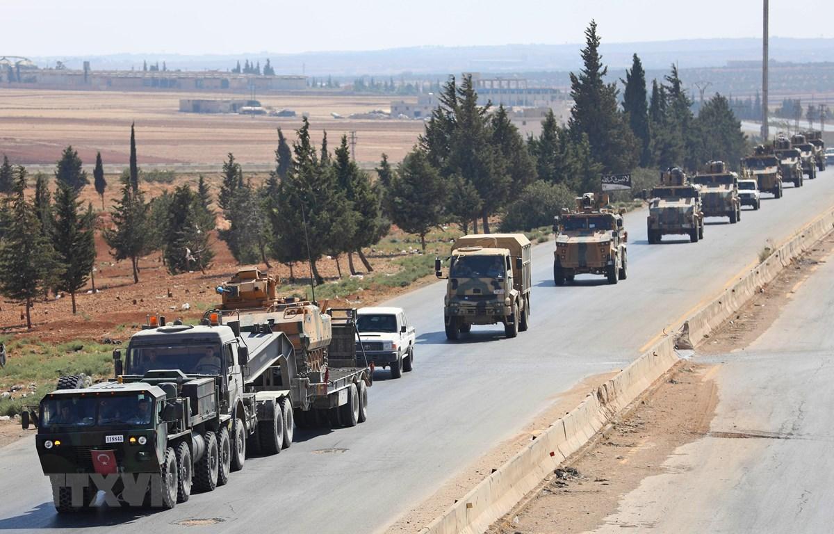 Đoàn xe quân sự Thổ Nhĩ Kỳ tại tuyến đường cao tốc chính nối Damascus với Aleppo của Syria, gần thị trấn Saraqib ở tỉnh miền Bắc Idlib ngày 29/8/2018. (Ảnh: AFP/TTXVN)
