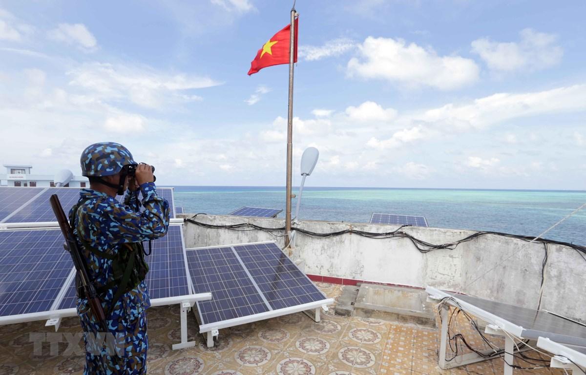 Chiến sỹ đảo Cô Lin, huyện đảo Trường Sa,  ngày đêm nâng cao cảnh giác, canh giữ biển trời của Tổ quốc. (Ảnh: Trần Việt/TTXVN)