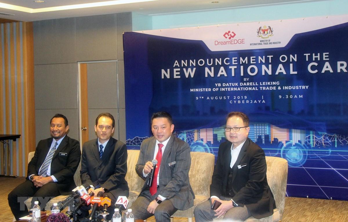 Bộ trưởng Thương mại quốc tế và Công nghiệp Malaysia Darell Leiking (thứ hai, từ phải sang) công bố dự án thứ ba về phát triển xe hơi quốc gia của Malaysia. Ảnh: Hà Ngọc/TTXVN)