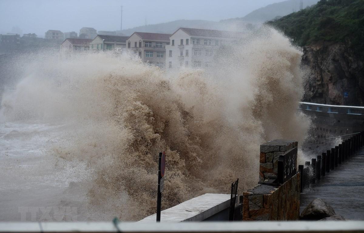 Những cơn sóng lớn ập vào bờ biển trước khi bão Lekima tiến gần đến Wenling, tỉnh Chiết Giang, Trung Quốc ngày 9/8. (Ảnh:THX/TTXVN)