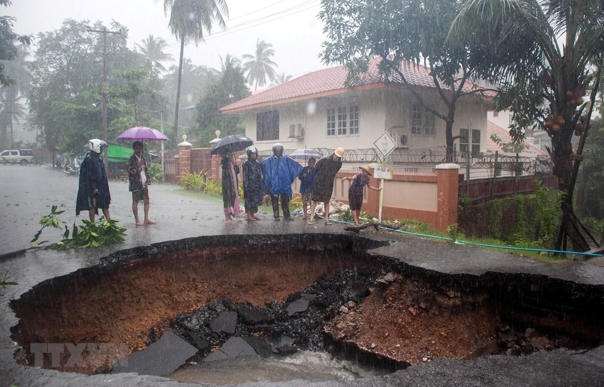 Một tuyến đường bị hư hại sau vụ lở đất và mưa lớn tại Mawlamyein, bang Mon, Myanmar, ngày 9/8. (Ảnh: AFP/TTXVN)
