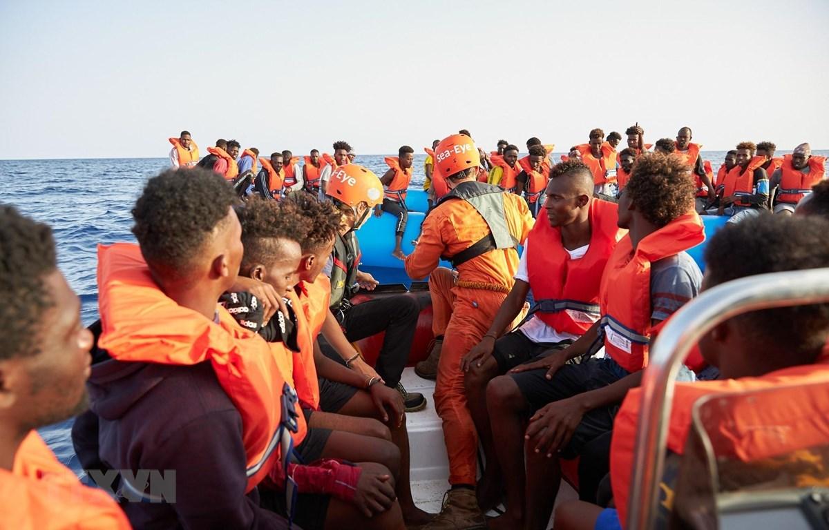 Người di cư được cứu sau khi thuyền của họ bị lật ngoài khơi Libya ngày 5/7. (Ảnh: AFP/TTXVN)