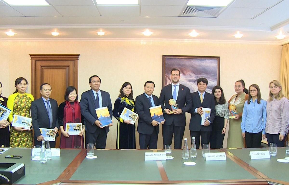 Đoàn đại biểu tỉnh Bắc Ninh chụp ảnh kỷ niệm với đại diện chính quyền thành phố Moskva của Nga. (Ảnh: PV/Vietnam+)