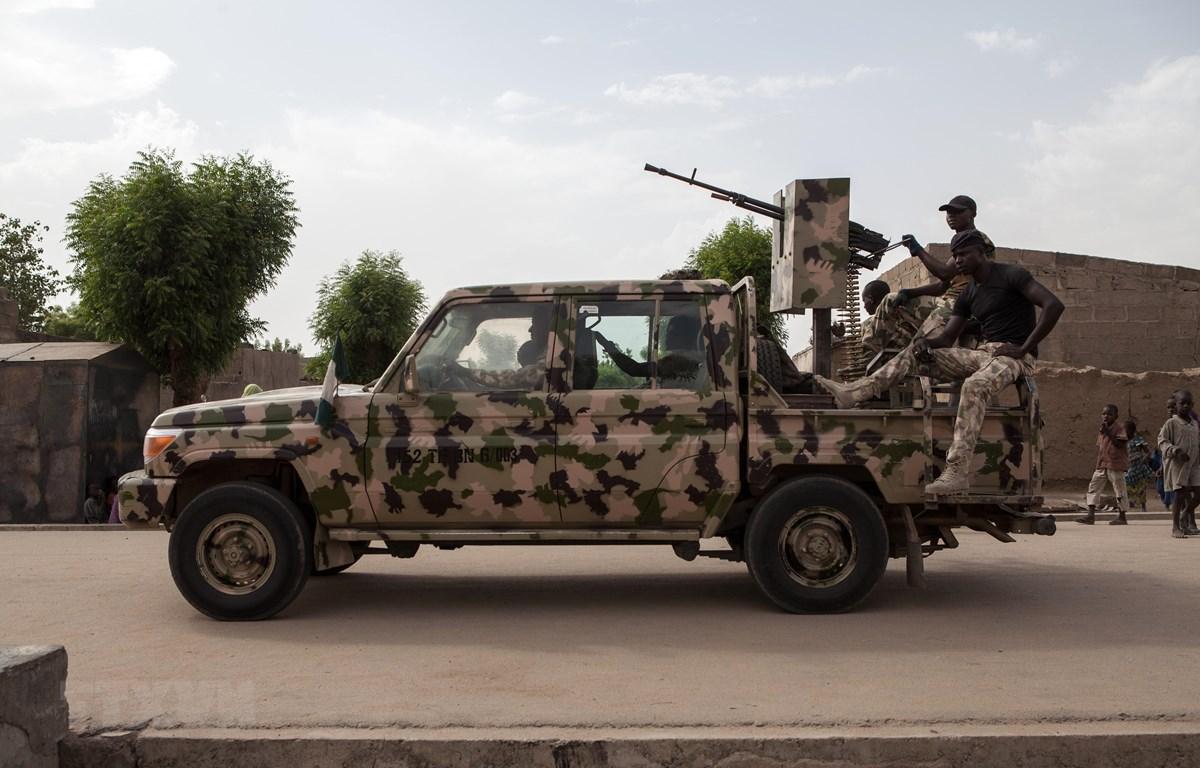 Binh sỹ Nigeria tuần tra tại thị trấn Banki, đông bắc Nigeria. (Ảnh: AFP/TTXVN)