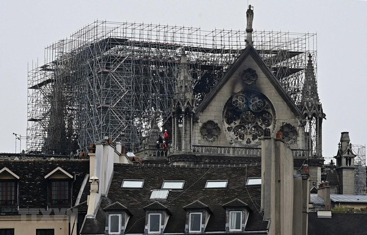 Nhà thờ Đức Bà ở thủ đô Paris sau vụ hỏa hoạn. (Ảnh: AFP/TTXVN)