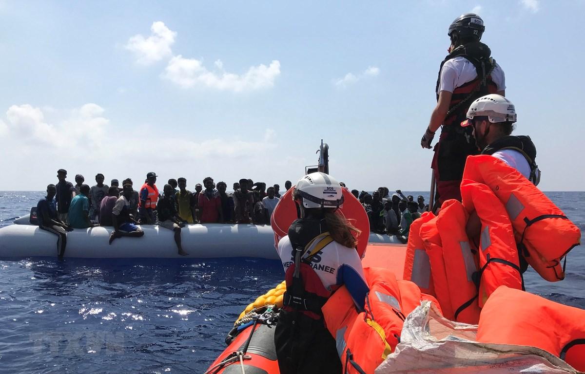 Những người di cư gặp nạn ở ngoài khơi Libya được tàu Ocean Viking cứu ngày 10/8/2019. (Ảnh: AFP/TTXVN)