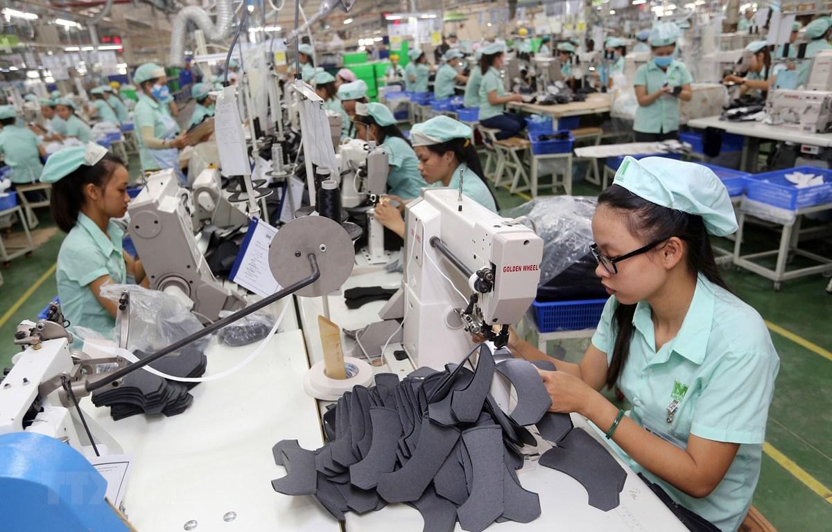 Dây chuyền sản xuất giày, dép xuất khẩu tại Công ty TNHH Midori Safety Footwear Việt Nam, tại khu công nghiệp Điện Nam- Điện Ngọc (Quảng Nam). (Ảnh: Danh Lam/TTXVN)