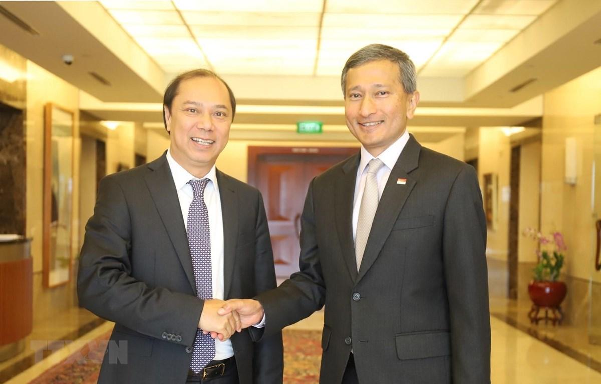 Thứ trưởng Ngoại giao Nguyễn Quốc Dũng và Bộ trưởng Ngoại giao Singapore Vivian Balakrishman. Ảnh: Xuân Vịnh/TTXVN)