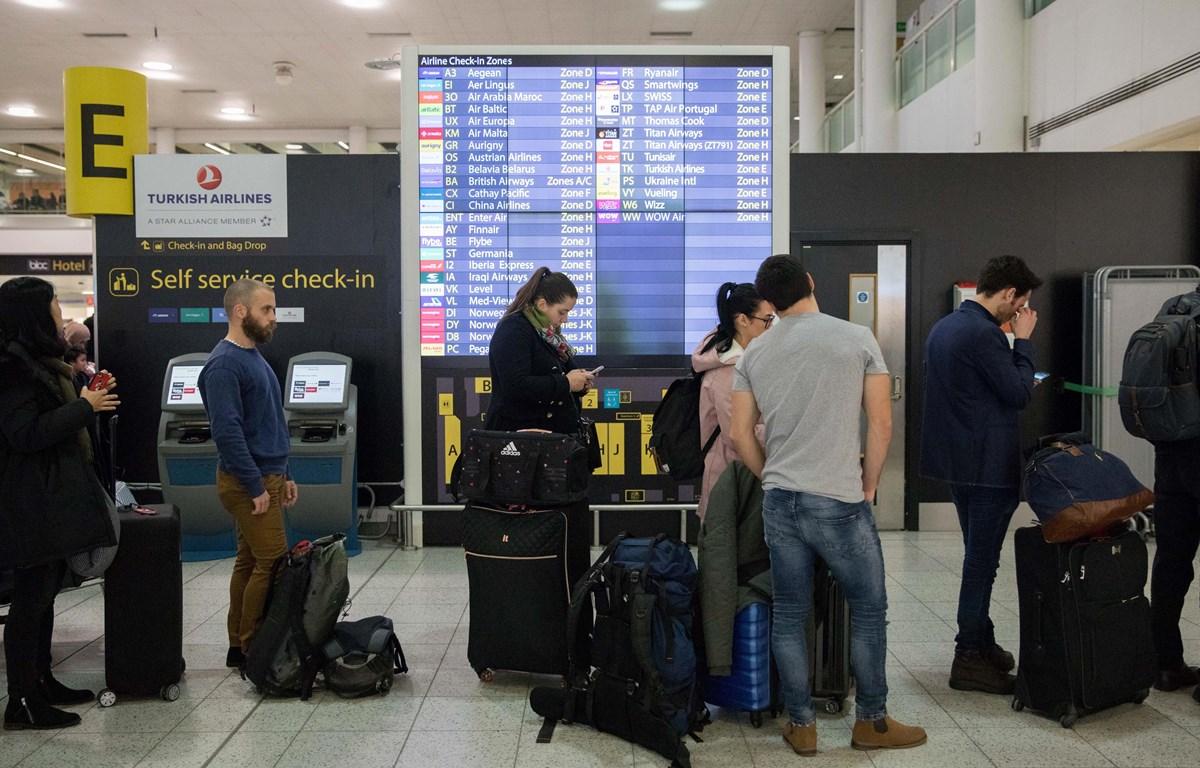 Hành khách làm thủ tục tại sân bay Gatwick, London. (Ảnh: THX/TTXVN)