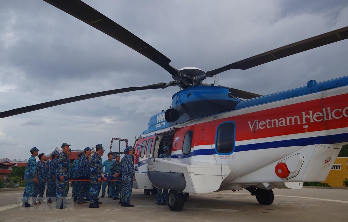 Máy bay trực thăng đưa chiến sỹ bị thương khi đang làm nhiệm vụ trên đảo Sơn Ca (thuộc quần đảo Trường Sa, tỉnh Khánh Hòa) về đất liền cấp cứu. (Ảnh: TTXVN)