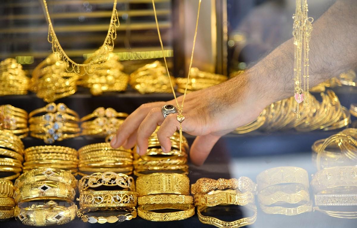 Các sản phẩm thủ công chế tác từ vàng được bày bán tại một khu chợ ở thành phố Gaza ngày 8/7/2019. (Ảnh: THX/TTXVN)