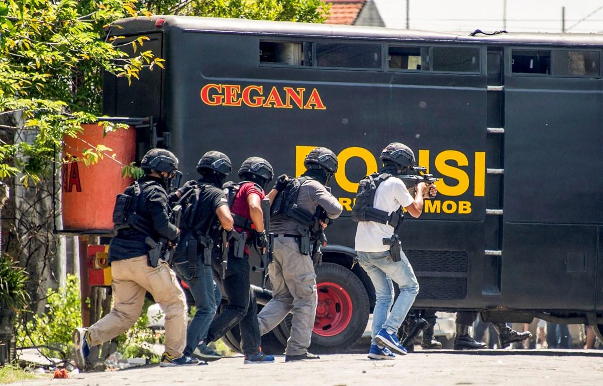 Cảnh sát chống khủng bố Indonesia trong một chiến dịch truy quét tội phạm ở thành phố Surabaya. (Ảnh: AFP/TTXVN)