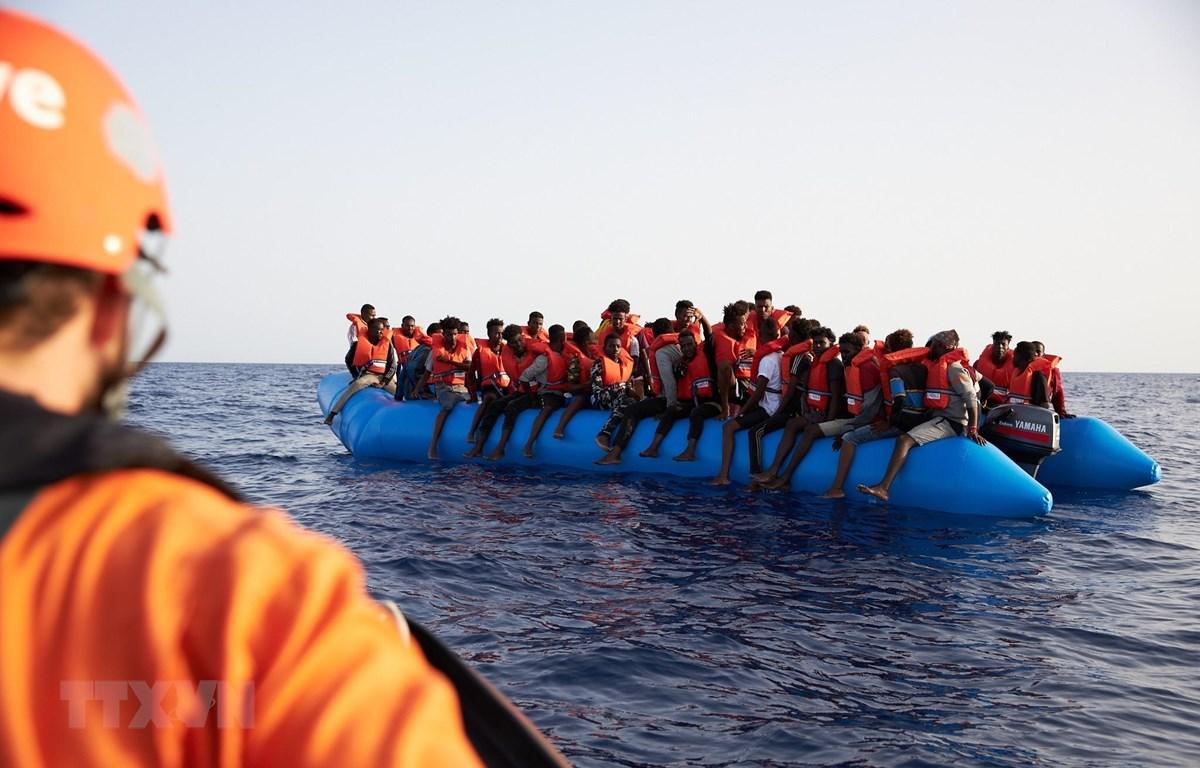 Người di cư chờ được cứu tại khu vực ngoài khơi bờ biển Libya ngày 5/7/2019. (Ảnh: AFP/ TTXVN)