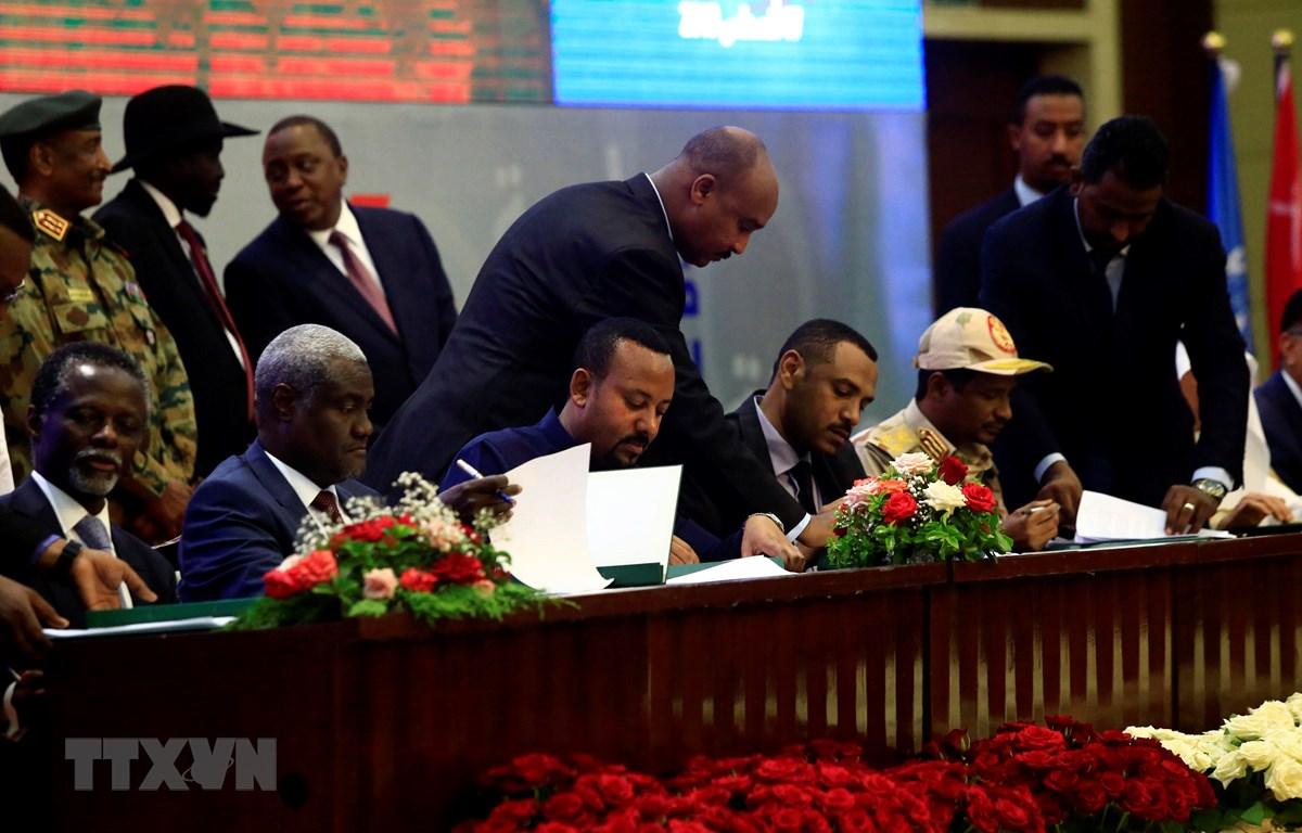 """Đại diện Hội đồng quân sự chuyển tiếp (TMC) cùng Liên minh vì tự do và thay đổi (FFC) đối lập tại lễ ký """"Tuyên bố Hiến pháp"""" ở thủ đô Khartoum ngày 17/8/2019. (Ảnh: THX/TTXVN)"""