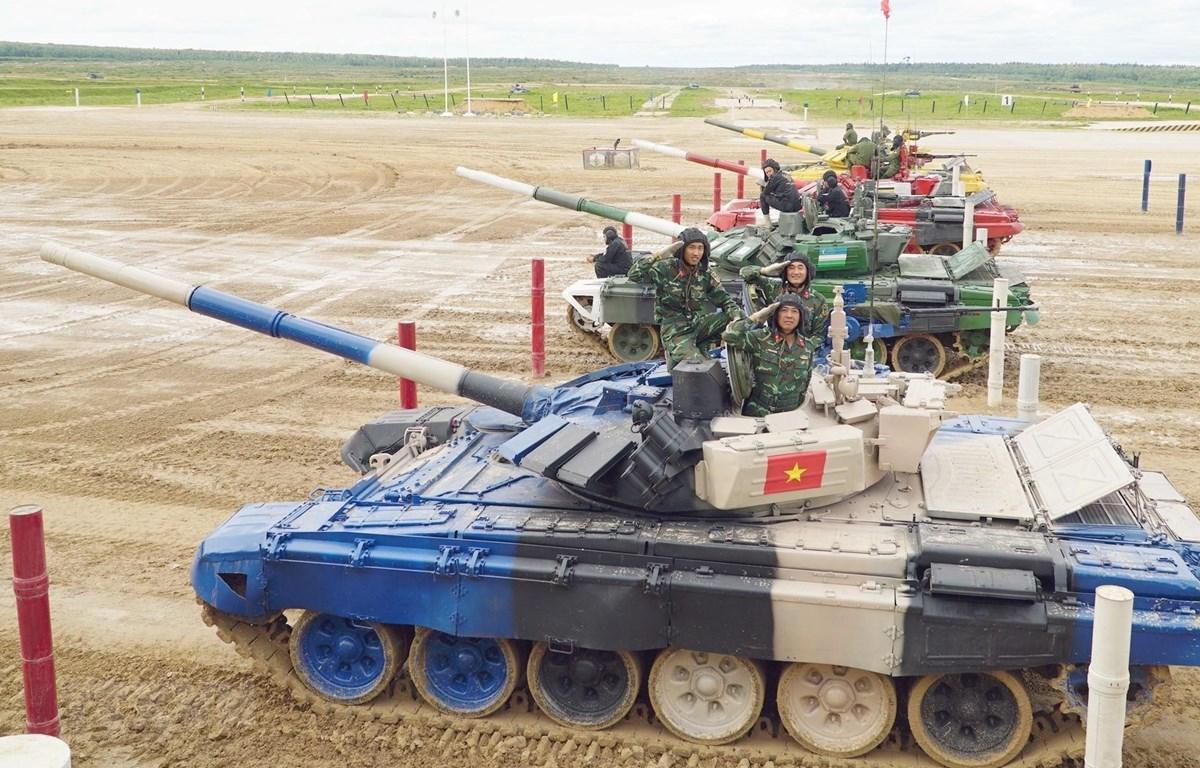 Các chiến sỹ tăng Việt Nam chào khán giả trước giờ thi đấu. Ảnh: Hồng Quân/TTXVN)