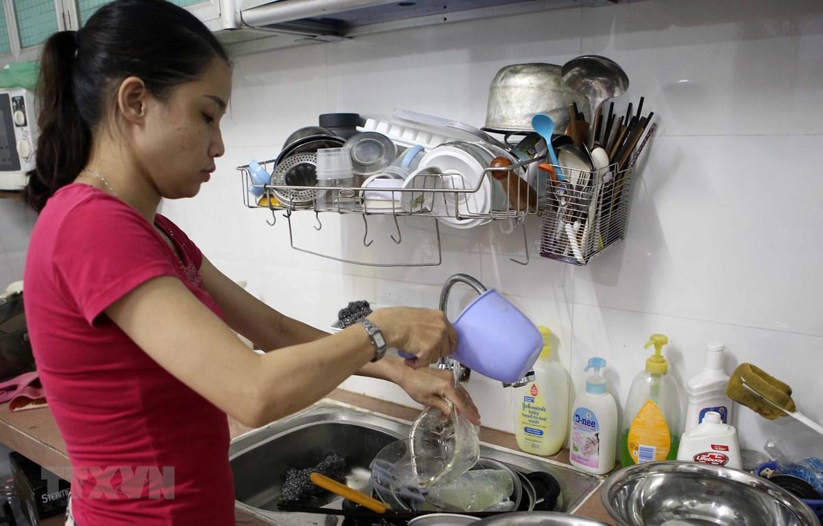 Người dân Đà Nẵng phải sử dụng nước rất tiết kiệm trong những ngày thiếu nước. (Ảnh: Trần Lê Lâm/TTXVN)