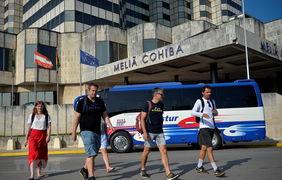 Khách du lịch thăm quan thủ đô La Habana, Cuba. (Ảnh: AFP/TTXVN)